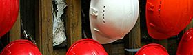 Mise à disposition de casques de protection sur un chantier de construction